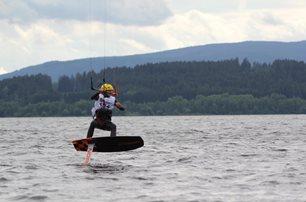Kite-hydrofoil závody Lipno 20. - 21. června - závod v plném proudu