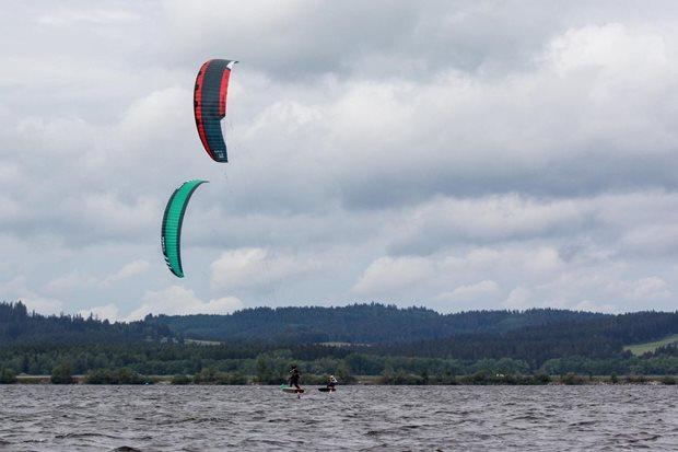Kite-hydrofoil závody Lipno 20. - 21. června - těsný boj