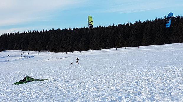 Harakiri kite kurzy + Kiteboarding.cz snowkite test centrum Boží Dar