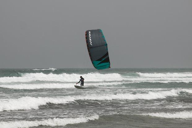 Kitesurfing-NAISH-TRIAD-wave
