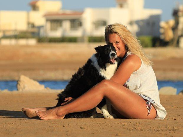 Kiting a pes - spolu na pláži