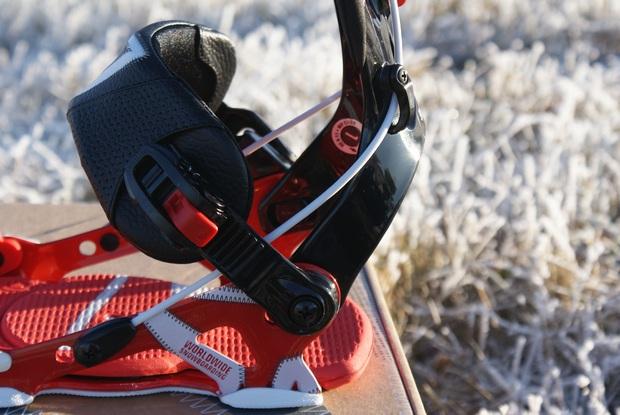 SP United snowkiting a snowboard vázání - sklopná flow patka - detail z boku.JPG