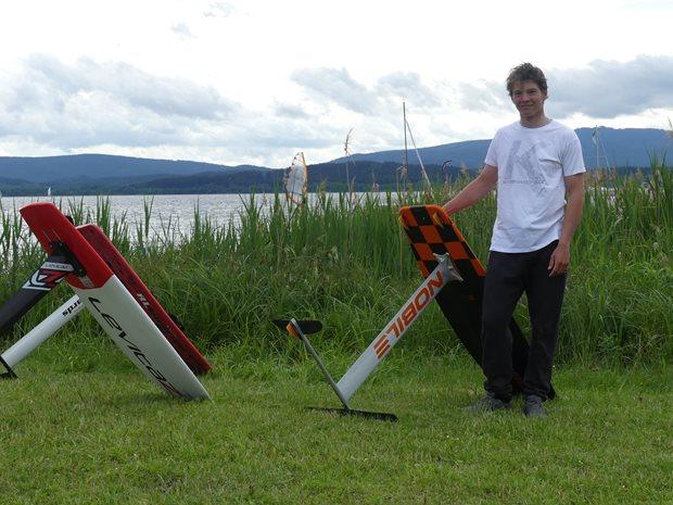 Kite-hydrofoil závody Lipno 20. - 21. června - prkna na pláži