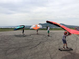 Wing-boarding-letiste-Popice-a-nafukovaci-kridlo-Naish-Wing-surfer-