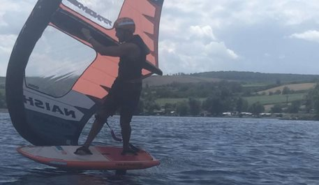 Wing-boarding-Wing-foiling-na-Novych-Mlynech-jaro-2020-