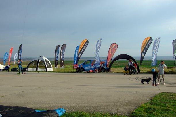 Landkiting MCR Panensky Tynec -hromada vlajek.JPG