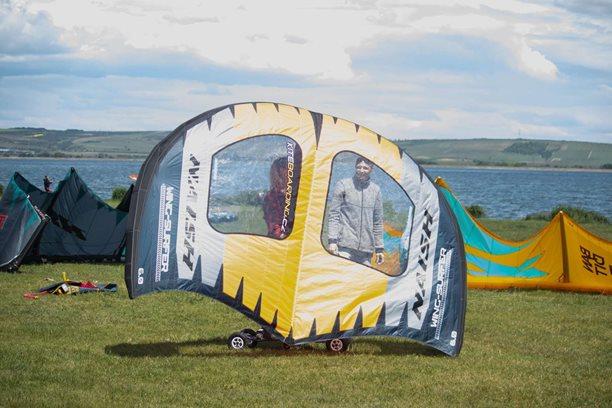 Kitesurfing-Prvni-seznameni-s-NAISH-WING-SURFER-