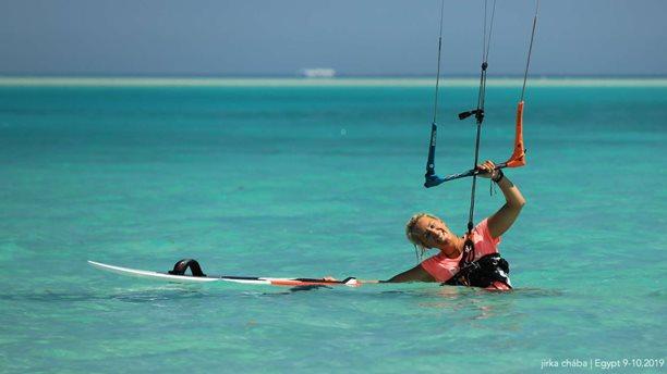 Kitesurfing-Egyptske-hratky-na-hydrofoilu-