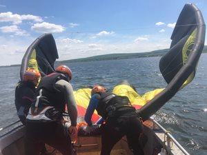 Kitesurfing-KITE-KURZ-NA-HLUBOKE-VODE-kite si nastrojíme na člunu
