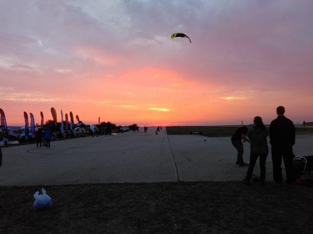 Landkiting MCR Panensky Tynec -zapad slunce s kity.JPG