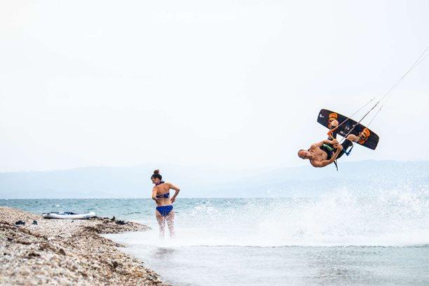 Kitesurfing-Kam-v-lete-za-vetrem-