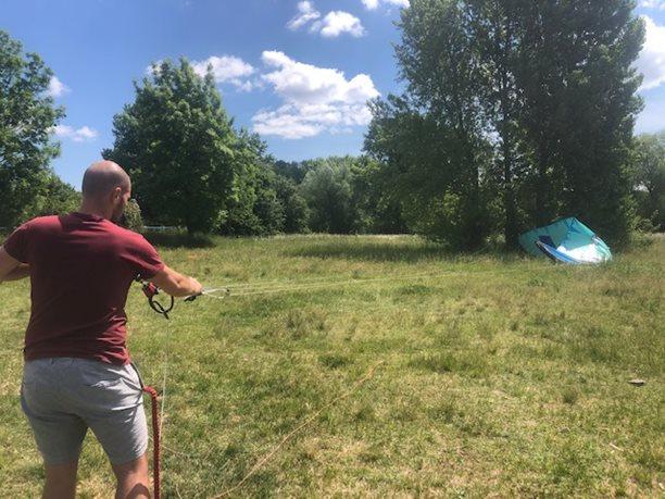 Kitesurfing-KITE-KURZ-NA-HLUBOKE-VODE-nácvik self-rescue na suchu