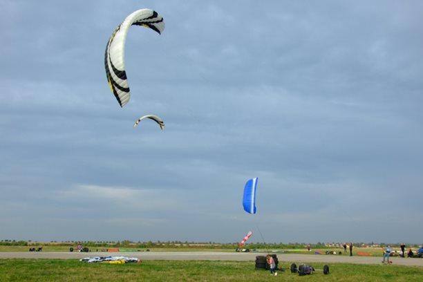 Landkiting MCR Panensky Tynec -Flysurfer vladne letisti.JPG