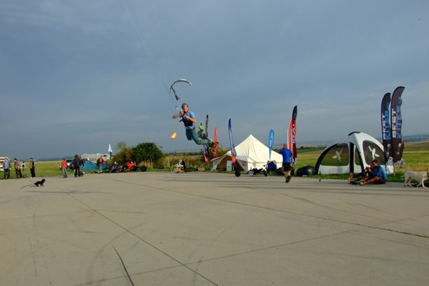 Landkiting MCR Panensky Tynec -skace se i ve slabem větru.JPG