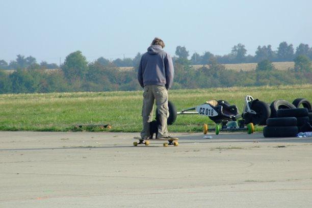 Landkiting MCR Panensky Tynec -Longboarding se psem.JPG
