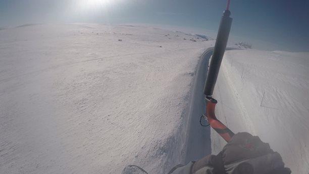 Harakiri_snowkiting_trip_Norsko_road_flying.jpg