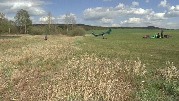 Kitesurfing-Par-fotek-z-narizeneho-vetrneho-volna-
