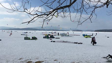 Snowkiting-Lipno-race,-prvnich-par-zaberu-