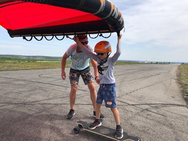 Wing-boarding-Naish-Wing-boarding-Tour-2020-Naish Wing-boarding Tour 2020 - Viki první pokusy na skateboardu
