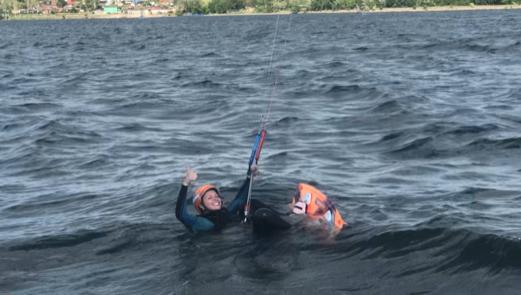 Kitesurfing-KITE-KURZ-NA-HLUBOKE-VODE-na hloubce to je jiné než na mělké vodě
