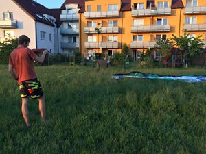 Kitesurfing-Radost-z-noveho-draka-K navázání bohatě postačí loučka před baráčkem.