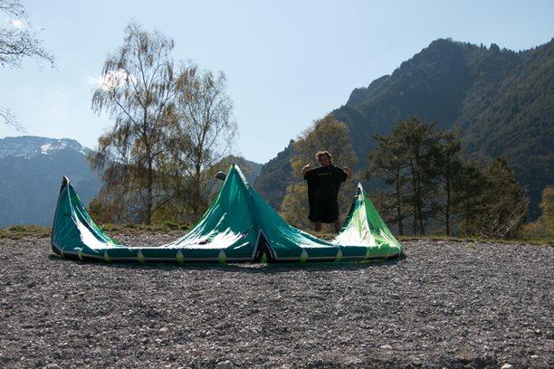 Kitesurfing-kite-Naish-Boxer-unpacking-