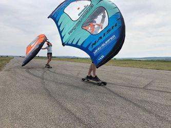 Wing-boarding - letiště Popice a nafukovací křídlo Naish Wing-surfer