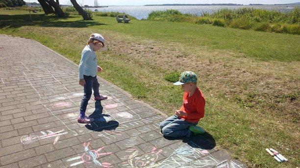 Harakiri kite kurzy - hlidani deti Rujana - kresleni kridou