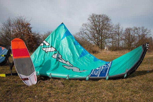 Kitesurfing-Novinka-kite-NAISH-BOXER-S25-