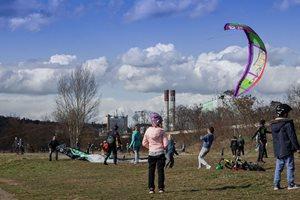 Kitesurfing-Oteviracka-kite-sezony-v-Praze-Modranech-Těch lidí..