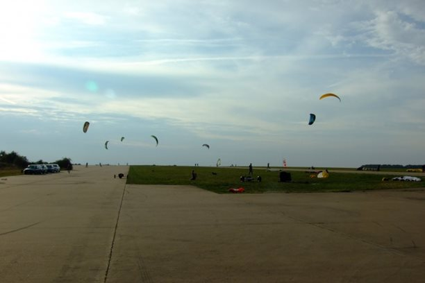 Landkiting MCR Panensky Tynec -Kite provoz na letisti.JPG
