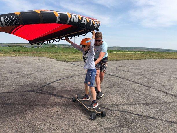 Wing-boarding-letiste-Popice-a-nafukovaci-kridlo-Naish-Wing-surfer-
