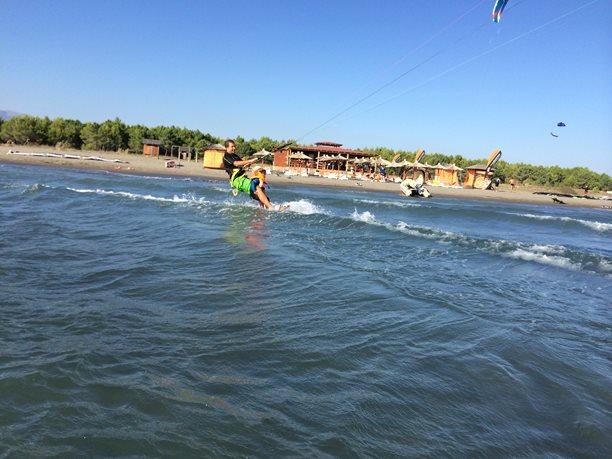 Kitesurfing-Na-vode-s-detmi-